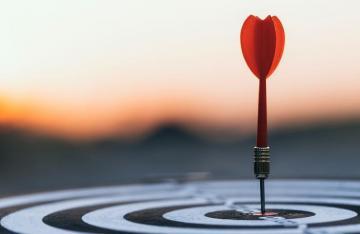 dart-hitting-bullseye-on-target